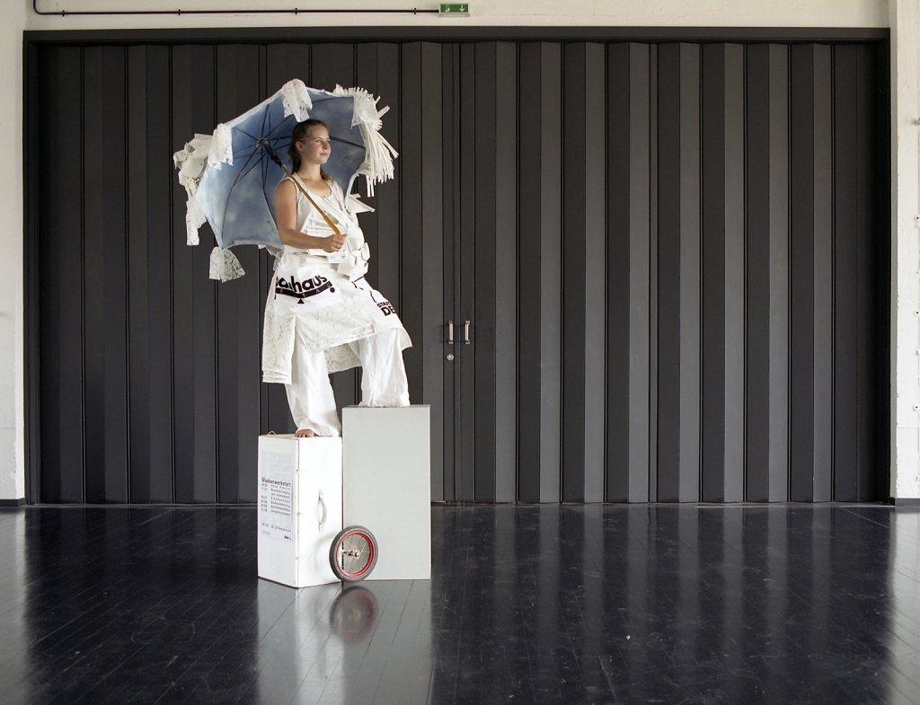 Anja Wolf, freie Mitarbeiterin für das 9. Farbfest »weiß« und Modekünstlerin Bauhaus Bühne, Bauhaus Dessau, 07/06