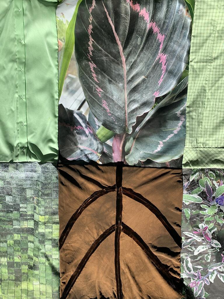 Details von Flora Incognita, Fotografien auf Textil, Kleidungsstücke, rote Schnur